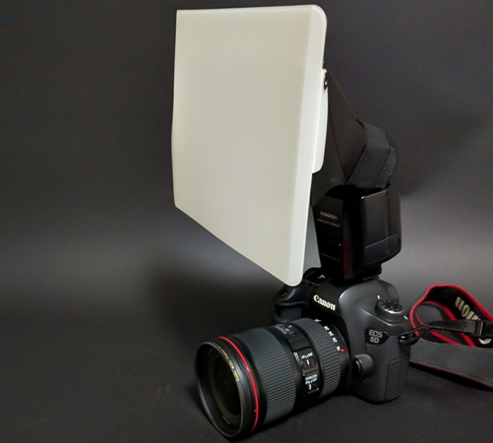 Canon EOS 6Dにストロボを装着し、さらにストロボへデフューザーを取り付けた様子