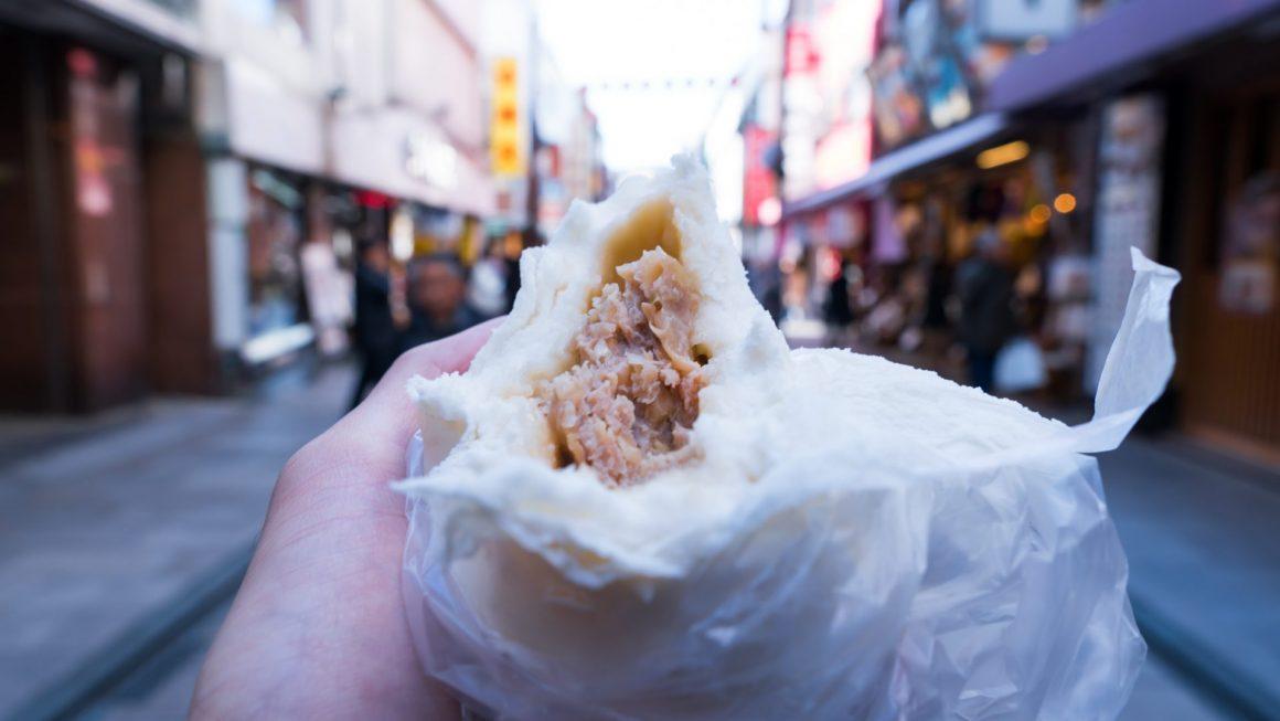 横浜中華街「江戸清」の豚まんを中華街で食べ歩きする写真