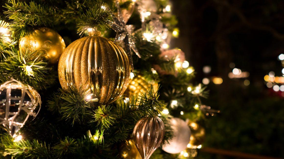 クリスマスツリーの装飾に近寄って撮影した写真