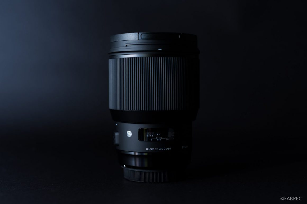 SIGMA 85mm ArtF1.4レンズ。黒背景に左からのバウンス光を当てて陰影を付けてる